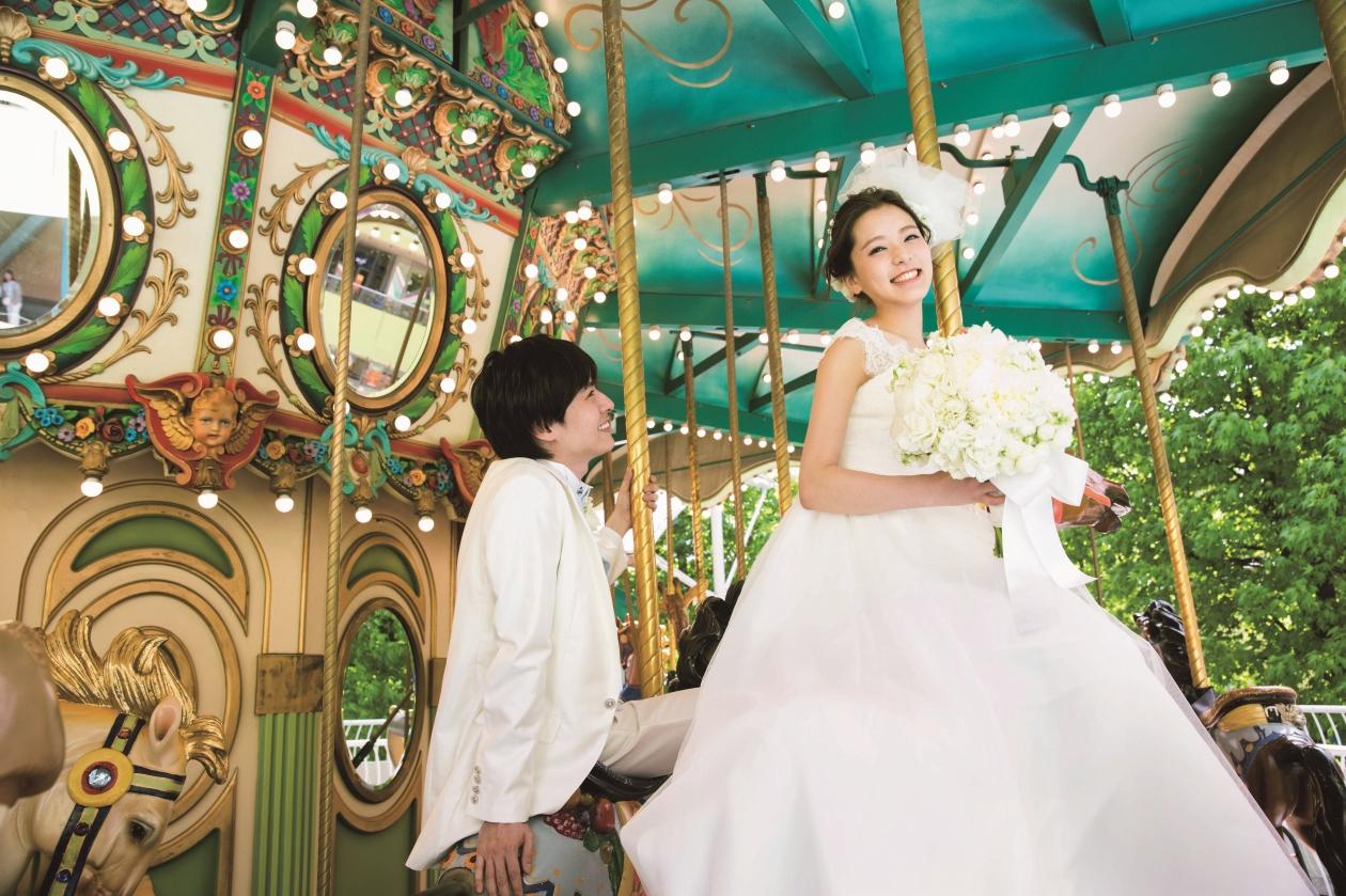 東京ドームシティのメリーゴーランドで結婚式の前撮り